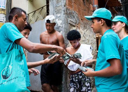 distributie van boekjes in Rio