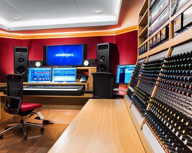 Centrální hudební režie v Mediálně produkčním centru Scientologické církve