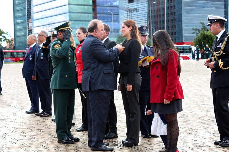 Sandra Poveda ontvangt nationale medaille van Colombia's Ministerie van Defensie.