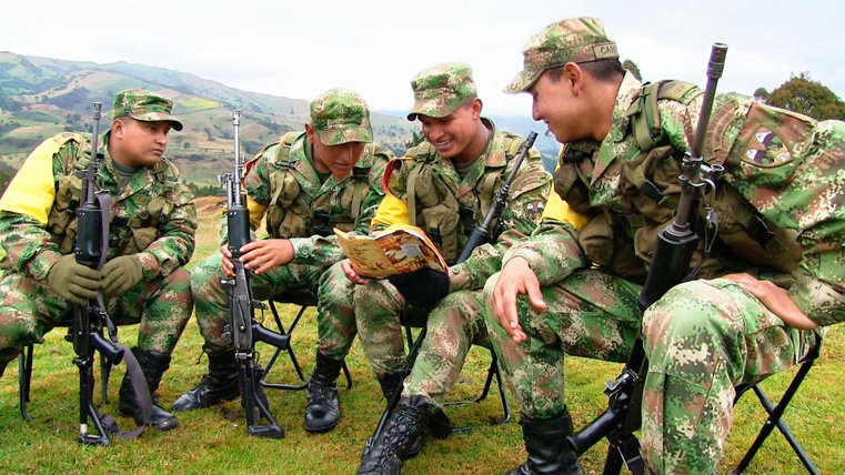 Soldaten van het Colombiaanse Leger lezen uit Het Verhaal over Mensenrechten.