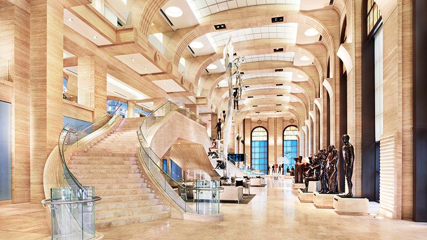 velké atrium které jde přes tři patra a po délce celé budovy obsahuje znázornění základních principů a praktik Scientologického náboženství