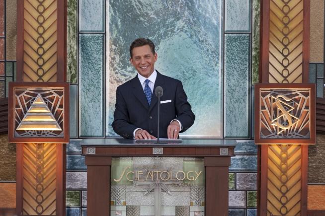 David Miscavige při ceremoniálu slavnostního otevření nové budovy Scientologické církve ve městě Pasadena ve státe Kalifornie ve Spojených státech amerických